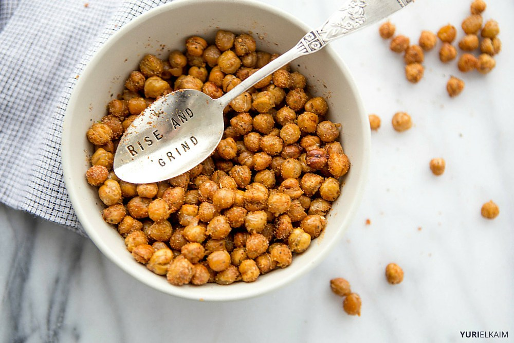 spicy-garlic-oven-roasted-chickpeas